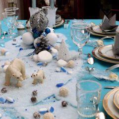 Centre de table en boules et décorations de Noël aux tons assortis et figurines d